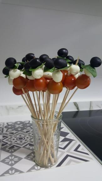 brochetas mozarella y tomate